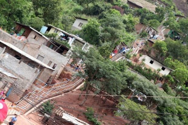 Nuevas escaleras y pasamanos en el populoso barrio de La Villanueva, en Tegucigalpa, alivian la vida de sus habitantes y además sirven de ruta de evacuación ante calamidades climáticas en la capital de Honduras. Estas son el tipo de respuestas que requieren de ciencia climática humana. Crédito: Luis Elvir/IPS