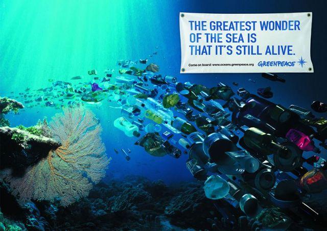 """Campaña de WWF realizada por la agencia FCB/LOWE Group de Zurich, Suiza. La grafica muestra el fondo marino recorrido por corrientes subterráneas de botellas, plásticos y basura. El texto dice: """"La grandiosa maravilla del océano es que todavía este vivo"""""""